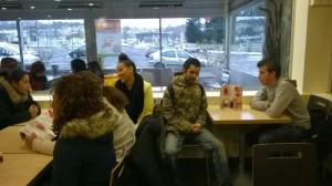 Les stagiaires prennent un café avant la visite.